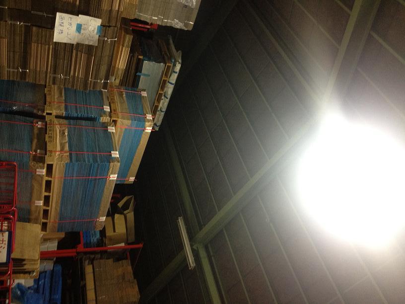 倉庫左下荷物の灯り
